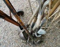 Palas, carro, piezas de metal oxidadas, pedazos antiguos Fotografía de archivo