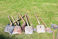 Palas, equipo de hogar para limpiar, arreglo del territorio, excavación de la mentira de la tierra en verde Imágenes de archivo libres de regalías
