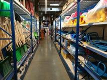 Palas y trineos de la nieve para las ventas en Selgros Foto de archivo