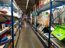 Palas y trineos de la nieve para las ventas en Selgros Imagen de archivo libre de regalías