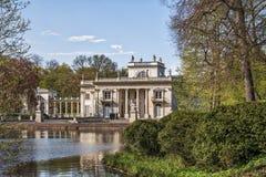 Palast auf Wasser in Lazienki-Park in Warschau Stockfotografie
