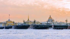 Palast-Brücke bei Sonnenuntergang im Winter in St Petersburg, Russland Stockfotos