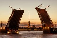 Palast-Brücke nachts weiße, St Petersburg, Russland Lizenzfreie Stockfotografie