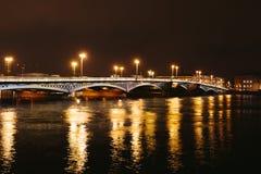 Palast-Brücke in St Petersburg Russland nachts Lizenzfreie Stockfotos