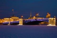 Palast-Brücke vor dem hintergrund der Admiralität am Februar-Abend Winter St Petersburg, Russland Lizenzfreie Stockfotos