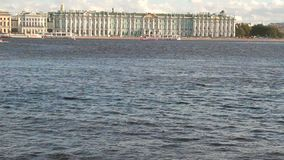 Palast-Damm und Neva River St Petersburg, Russland stock footage