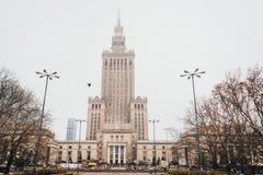 Palast der Kultur und der Wissenschaft im Nebel in Warschau, Polen stockfotografie