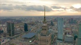 Palast des Kultur- und Wissenschaftsturms und des Warschau-Panoramas, Polen Schattenbild des kauernden Gesch?ftsmannes stock footage