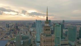Palast des Kultur- und Wissenschaftsturms und des Warschau-Panoramas, Polen Schattenbild des kauernden Gesch?ftsmannes stock video footage