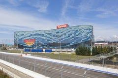 Palast des Wintersports Aisberg und der Bahn Formel 1 in olympischen Paaren Sochis Stockfotografie