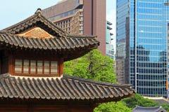 Palast Koreas Deoksugung und moderne Stadt Lizenzfreies Stockbild