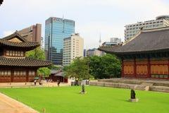 Palast Koreas Deoksugung und moderne Stadt Stockbild