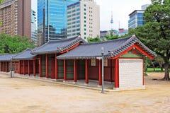 Palast Koreas Deoksugung und moderne Stadt Stockfotografie