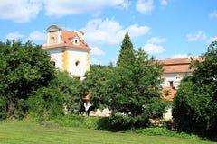 Palast Kratochvile hinter Bäumen Stockbild