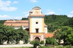 Palast Kratochvile hinter Bäumen Lizenzfreie Stockfotografie