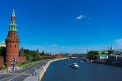 Palast Moskaus der Kreml von der Brücke auf dem Fluss lizenzfreies stockfoto
