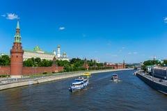 Palast Moskaus der Kreml von der Brücke auf dem Fluss stockbild