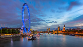 Palast-und London-Skyline der Themses, Westminster im Eveni Stockfotos