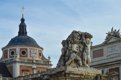 Palast und Statue lizenzfreie stockfotografie
