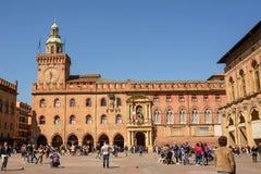 Palast von Accursio im Marktplatz Maggiore von Bologna mit Touristen O Stockfotos