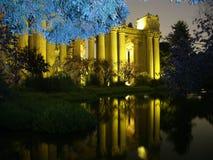 Palast von schönen Künsten mit blauem Baum Stockbild