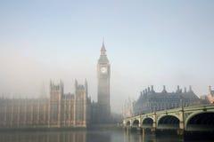 Palast von Westminster im Nebel Stockbild