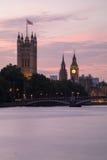 Palast von Westminster und von Lambeth-Brücke an der Dämmerung, London, vereinigt Stockbilder