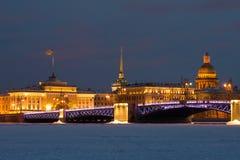 Palastbrücke, Admiralitäts- und St.-Isaac ` s Kathedrale, im Februar glättend Ansicht vom gefrorenen Neva-Fluss St Petersburg Stockfotografie