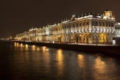 Palastdamm in St Petersburg nachts Stockfotos