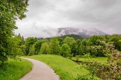 Palastgarten von Linderhof-Schloss auf den Hintergrundalpen im Bayern, Deutschland Lizenzfreies Stockbild