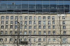 Palastreflexionen auf den Fenstern Stockfotos