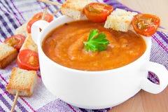 Kräm- soup för grönsak med tomaten och rostat bröd royaltyfri foto
