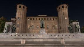 Palatine står högt baktill av Palazzo Madama i mitten av stadskärnan som fotograferas på natten, Turin Italien royaltyfri foto