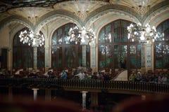 Palau de la Musica Catalana com audiência, Espanha Imagens de Stock Royalty Free