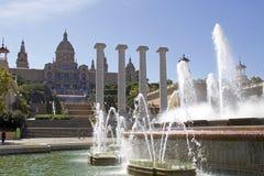 Palau Nacional med den magiska springbrunnen av Montjuïc Royaltyfria Bilder
