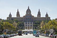 Palau Nacional med den magiska springbrunnen av Montjuïc Royaltyfri Fotografi
