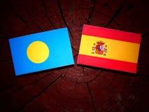 Palau vlag met Spaanse vlag op een boomstomp royalty-vrije stock foto's