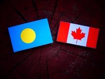 Palau zaznacza z kanadyjczyk flaga na drzewnym fiszorku odizolowywającym obrazy royalty free