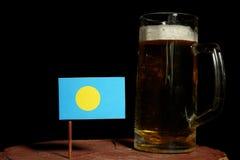 Palau zaznacza z piwnym kubkiem na czerni Obraz Stock