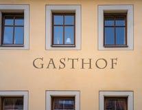 A palavra alemão para o INN indicado na parede foto de stock