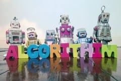 A palavra ALGORITHIM com letras de madeira e os robôs retros o do brinquedo imagens de stock royalty free