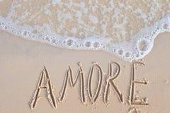 A palavra Amore escrito sobre envia no beira-mar Fotografia de Stock Royalty Free