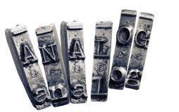 A palavra ANALÓGICO com as chaves velhas do typwriter monocromáticas mim foto de stock royalty free