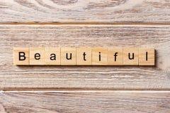 Palavra bonita escrita no bloco de madeira Texto bonito na tabela, conceito imagens de stock