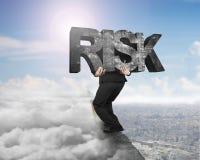 Palavra concreta levando do risco do homem no cume com citysca do cloudscape Fotografia de Stock