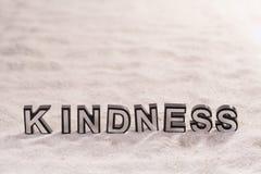 Palavra da bondade na areia branca fotografia de stock royalty free