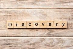 Palavra da descoberta escrita no bloco de madeira texto na tabela, conceito da descoberta imagem de stock royalty free