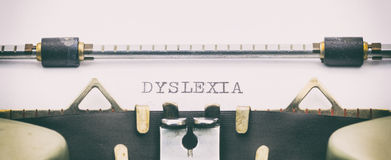 Palavra da EDUCAÇÃO em maiúsculo em uma folha da máquina de escrever Fotos de Stock