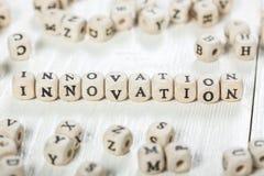 Palavra da inovação escrita no bloco de madeira fotos de stock royalty free