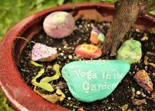 Palavra da ioga em uma rocha fotos de stock royalty free
